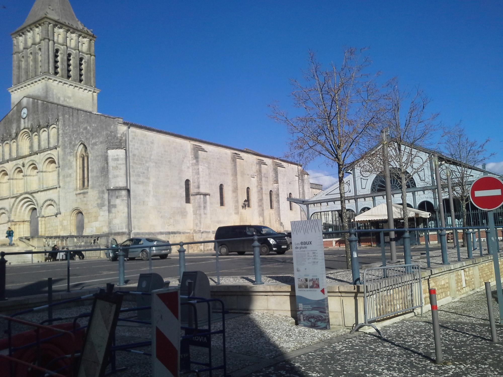 une église à Jonzac